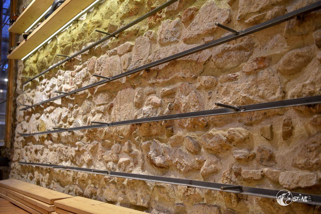 Regal auf Natursteinwand