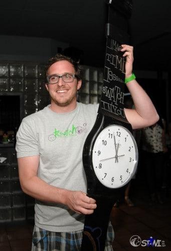 Stephane zeigt die erste Maxi Swatch, für die Auktion.