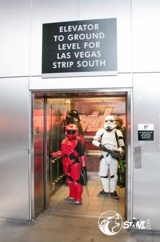 Seltsame Gestalten im Aufzug.