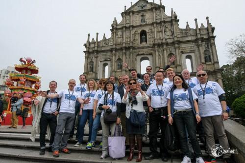 Gruppenfoto vor der Ruine der Paulskirche.