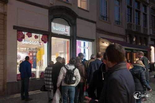 Vor dem Swatch Store.